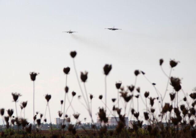 Caças russos Su-25 no céu