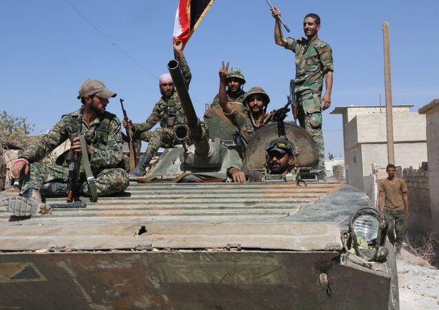 Soldados do Exército sírio na cidade de Atshan libertado dos terroristas com apoio de aviação russa, província de Homs, Síria, 13 de outubro de 2015