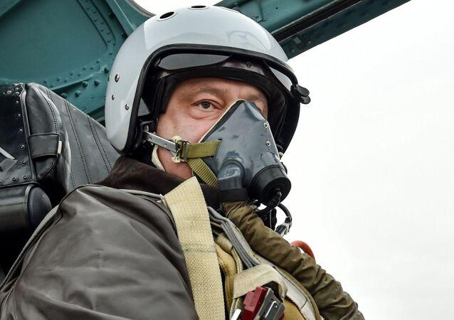 Pyotr Poroshenko em cockpit do Su-27