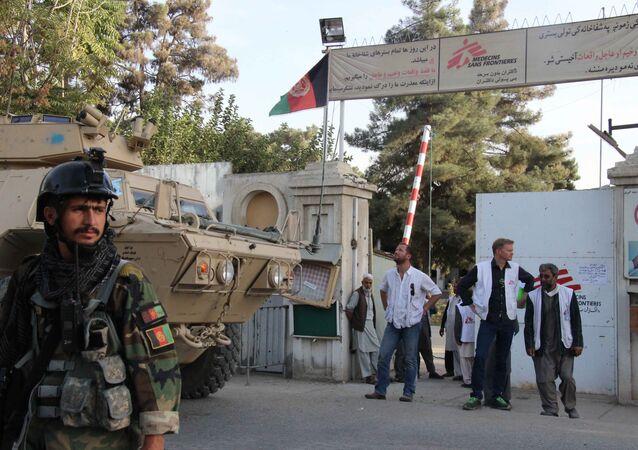 Militares afegãos e representantes da organização Médicos sem Fronteiras