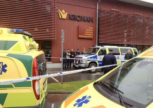 A polícia sueca isolou a escola onde um mascarado com uma espada atingiu cinco pessoas.