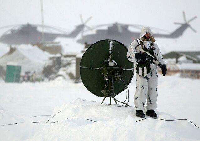 Soldado russo na ilha de Kotelny no Ártico russo