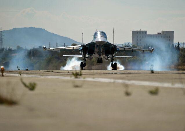 Su-34 russo pousa na base aérea de Hmeymim