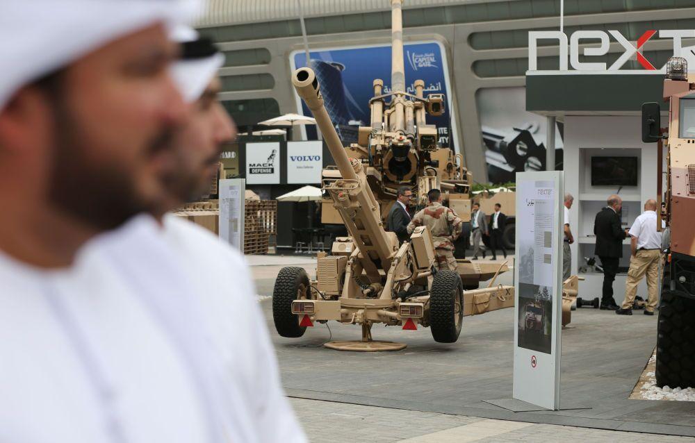 Mostra das forças armadas na abertura da XII Exposição internacional técnico-militar IDEX 2015 em Abu Dhabi