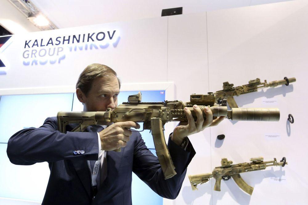 Ministro da Indústria e do Comércio da Rússia Denis Manturov com o fúsil Kalashnikov na IDEX 2015