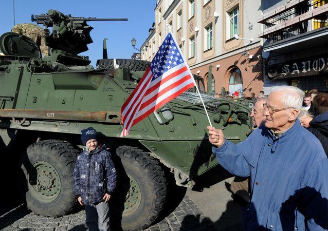 O veículo blindado norte-americano Stryker na Polônia, no âmbito dos exercícios militares dos EUA e OTAN Dragoon Ride