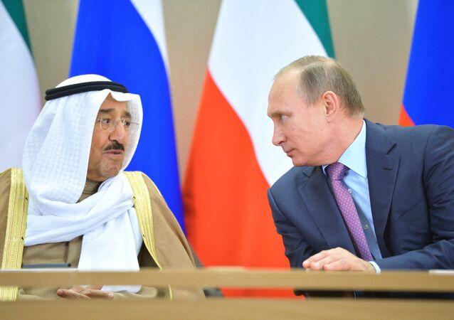 O presidente da Rússia, Vladimir Putin, durante encontro com o emir do Kuwait, Sabah Al-Ahmad Al-Jaber Al-Sabah, em Sochi, nesta terça-feira, 10