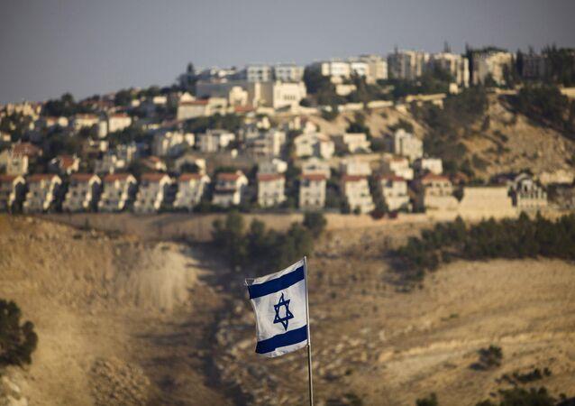 Bandeira israelense perto de assentamentos judaicos na Cisjordânia