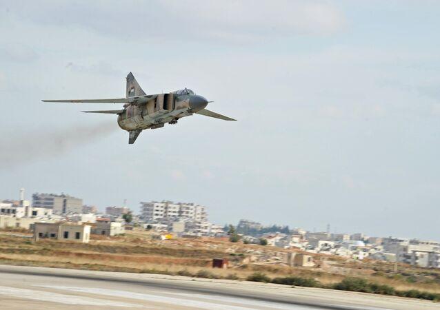 Caça russo da era soviética MiG-23 das Forças Aéreas da Síria na base de Hama