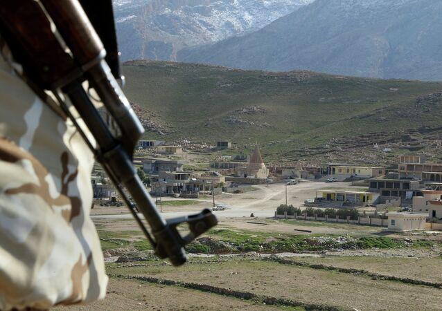 Combatente yazidi em Sinjar, norte do Iraque