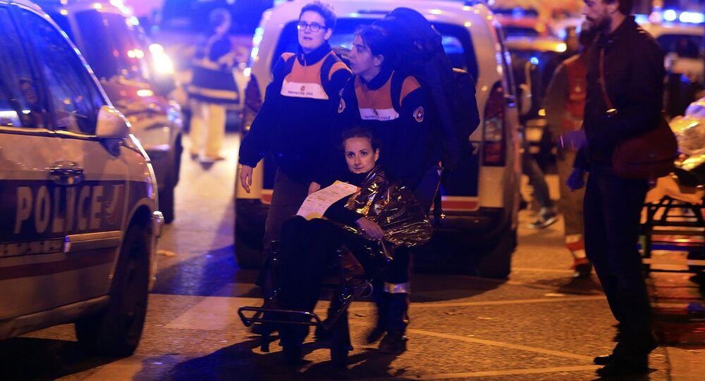Mulher é evacuada do teatro Bataclan