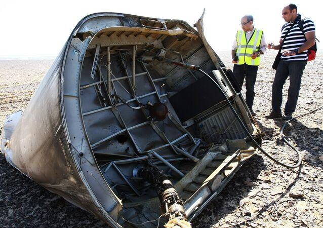 Investigadores no local da queda do avião russo Airbus A321 no Egito