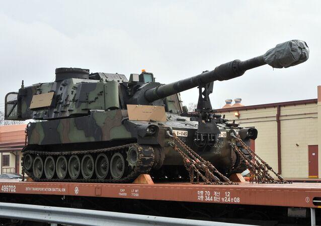 M109A6 Paladin Howitzer norte-americano de 155mm está vinculado em um trem durante uma operação em Camp Carroll em Chilgok, 220 kms ao sudeste de Seul, em 6 de março de 2012.