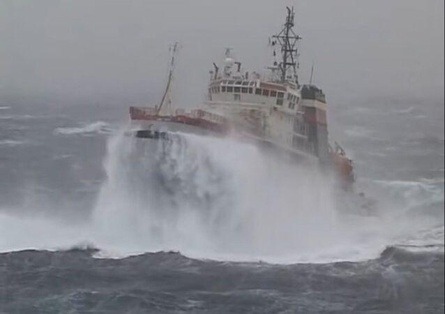 Porta-aviões russo Almirante Kuznetsov sendo rebocado durante uma tempestade