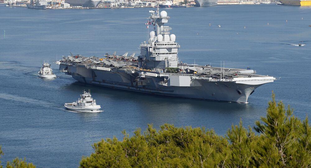 Porta-aviões francês Charles de Gaulle no porto de Toulon, França (imagem de arquivo)