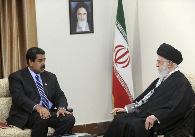 Nicolás Maduro encontra o aiatolá Ali Khamenei em Teerã.