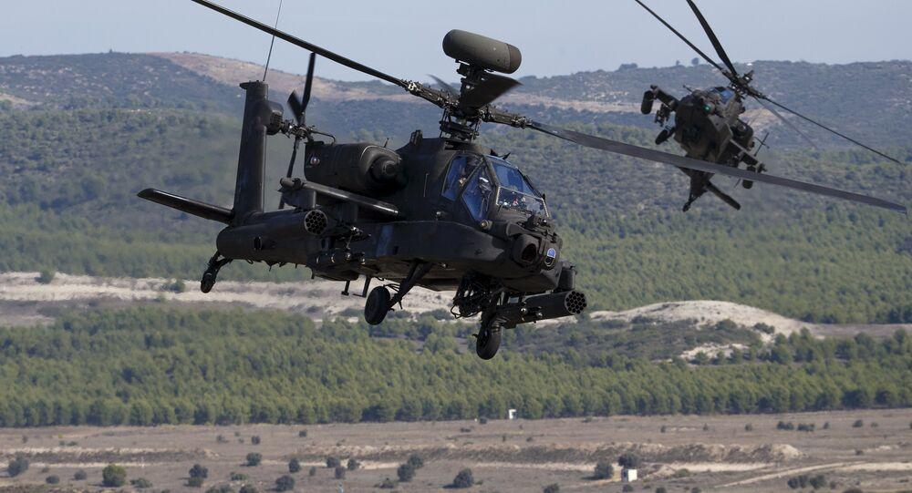 Helicópteros AH-64 Apache nos exercícios militares Trident Juncture 2015, da OTAN