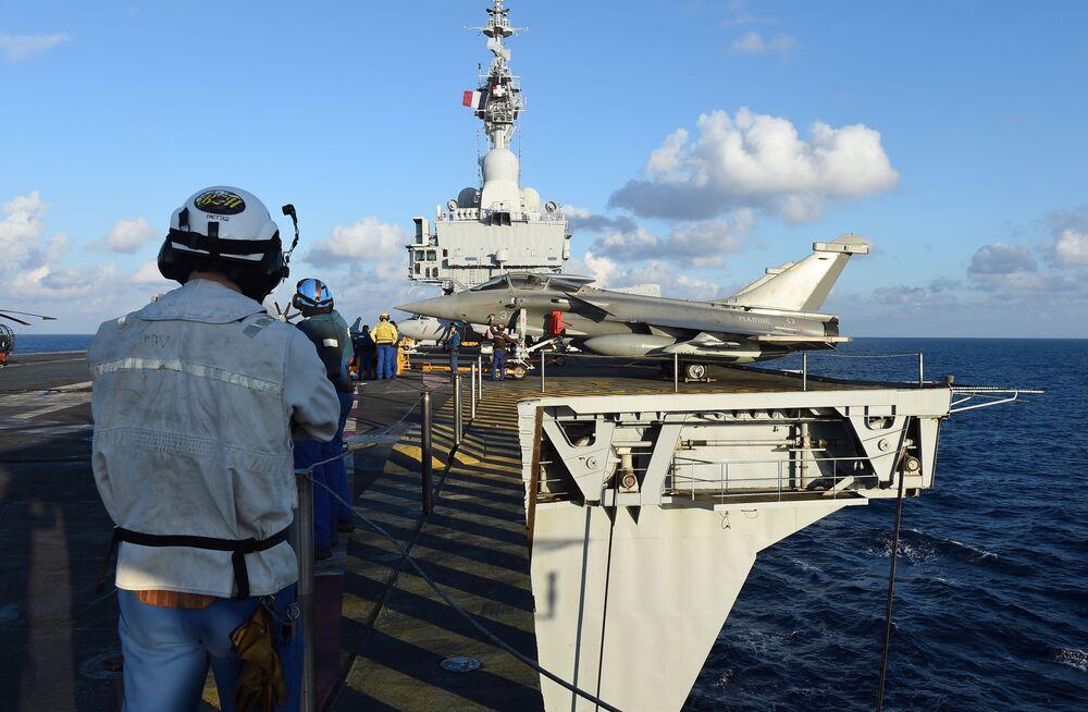 Técnicos franceses no convés do porta-aviões Charles de Gaulle no Mediterrâneo