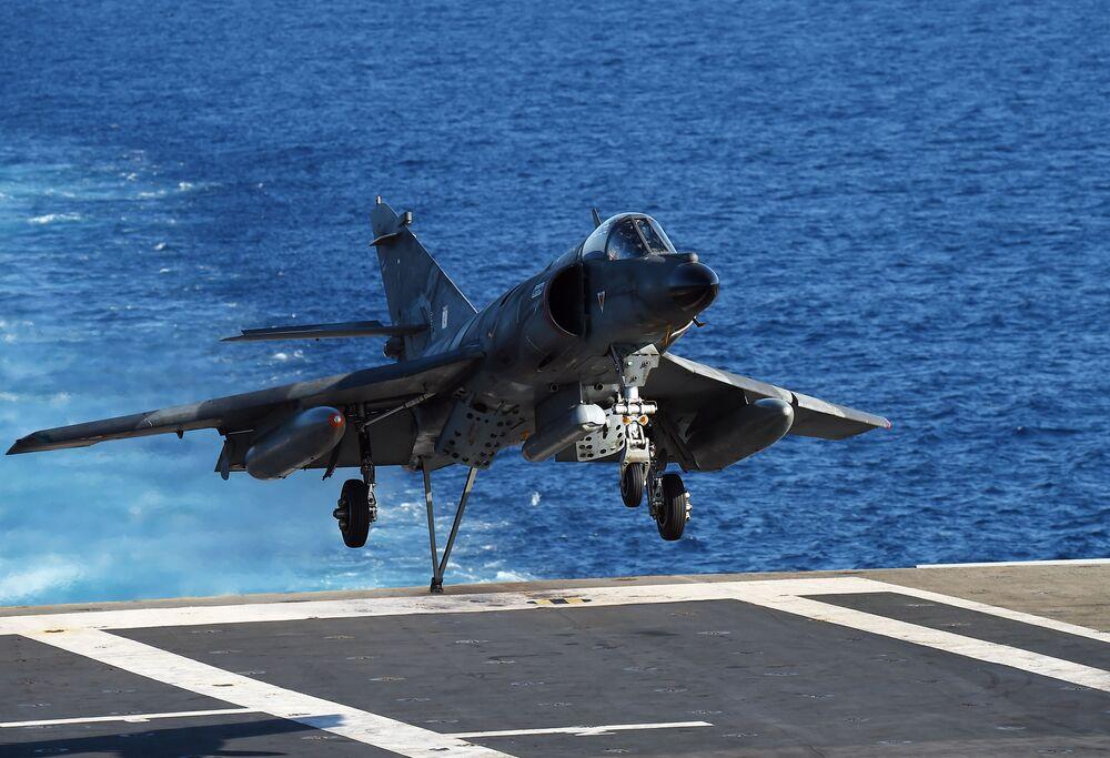 Avião de ataque francês Dassault-Breguet Super Étendard aterrissa no convés do porta-aviões Charles de Gaulle, no Mediterrâneo