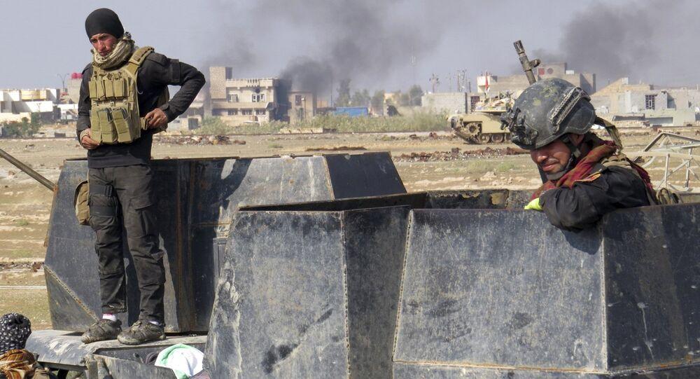 Forças iraquianas em combate contra militantes do EI nos arredores de Ramadi