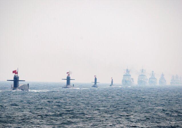 Quatro submarinos da Marinha chinesa e outros navios de guerra em uma parada militar internacional celebrando os 60 anos de fundação do Exército e Marinha de Libertação Popular chineses em 23 de abril de 2009 em Qingdao na província de Shandong