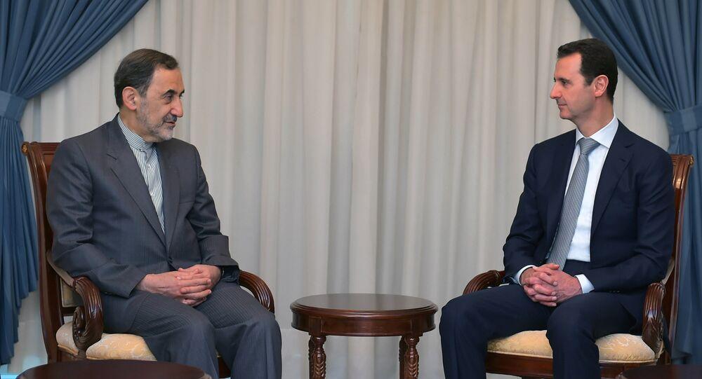Encontro entre o presidente da Síria Bashar Assad (à direita) com Ali Akbar Velayati, principal conselheiro do líder supremo do Irã, aiatolá Khamenei, em 19 de maio 2015, em Damasco
