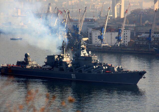 Cruzador de mísseis guiados Varyag da Frota do Pacífico parte de Vladivostok para participar dos exercícios no Oceano Índico, 2 de novembro de 2015