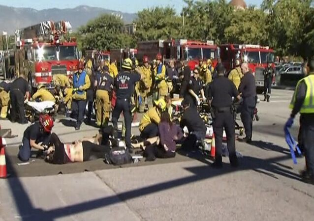 Equipes de emergência tratam vítimas de tiroteio em San Bernardino, na Califórnia