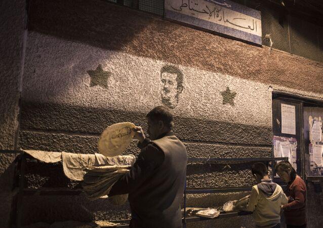 Pessoas numa padaria em Damasco