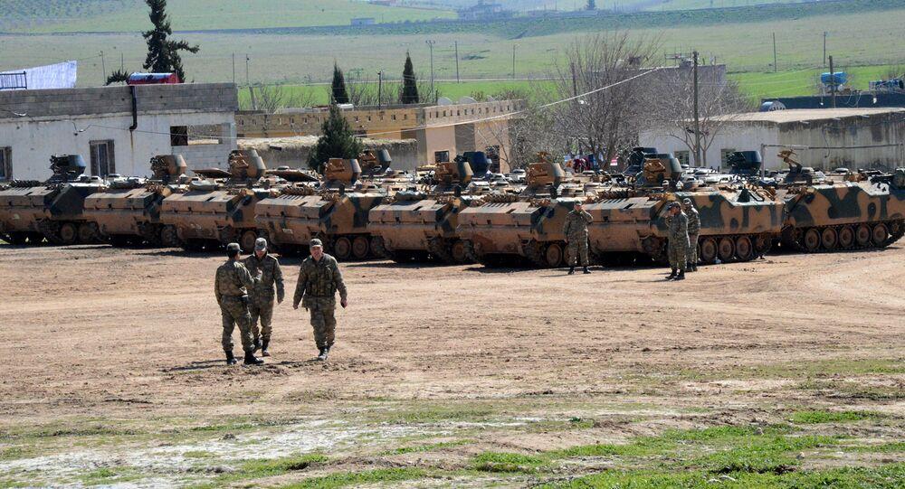 Veículos e tanques do exército da Turquia aguardam perto da fronteira com a Síria