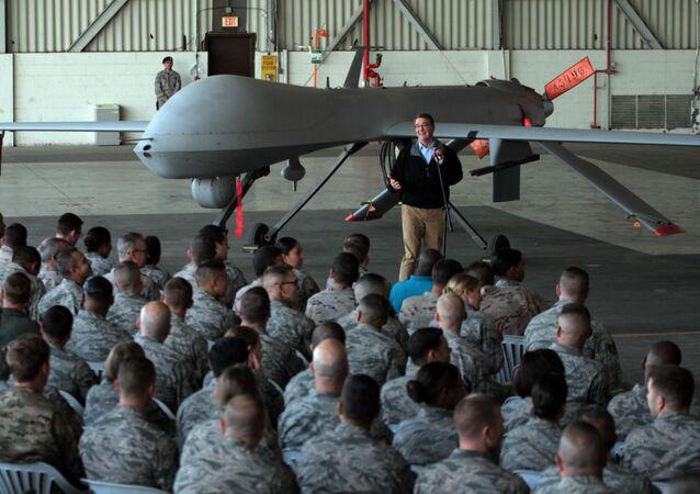 Ashton Carter visita tropas norte-americanas no Iraque.