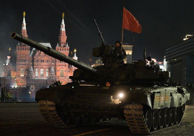 Tanque russo T-14 Armata equipado com canhão de alma lisa de 125 mm e uma metralhadora com controle remoto de 7,62 mm