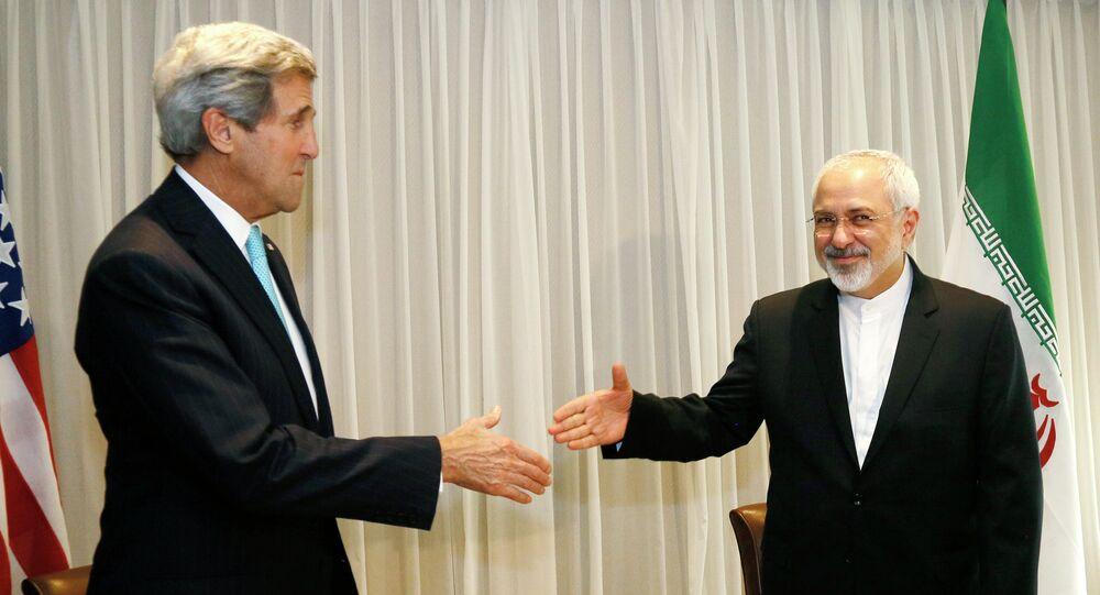 Ministro das Relações Exteriores do Irã, Mohammad Javad Zarif, cumprimenta o secretário de Estado dos EUA, John Kerry, Genebra, 14 de janeiro de 2015