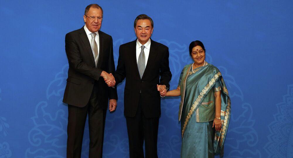 Chanceleres russo, chinês e indiano: Sergei Lavrov, Wang Yi, Sushma Swaraj depois da reunião de 2 de fevereiro de 2015