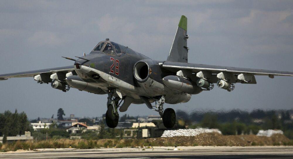 Avião Su-25 russo decola da base aérea de Hmeymim na Síria