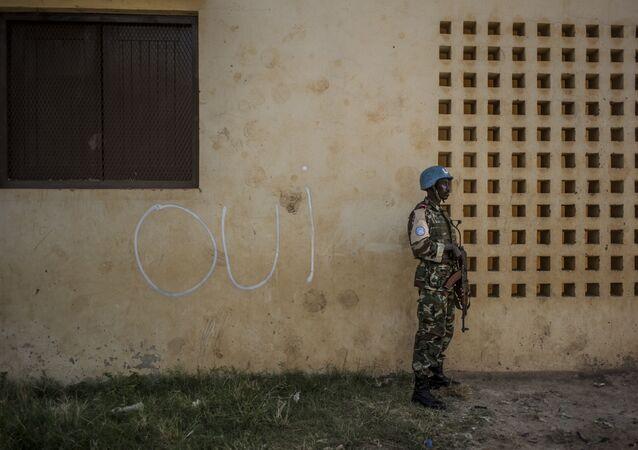 Em 14 de dezembro, na cidade de Bangui, um soldado da ONU na frente de uma parede com a inscrição que diz Sim em francês
