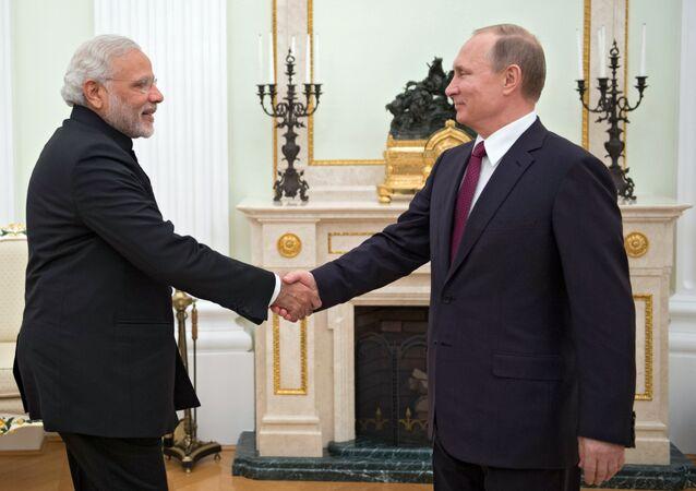 Presidente russo, Vladimir Putin, se encontra com o primeiro-ministro indiano, Narendra Modi, Kremlin, Moscou, 23 de dezembro de 2015