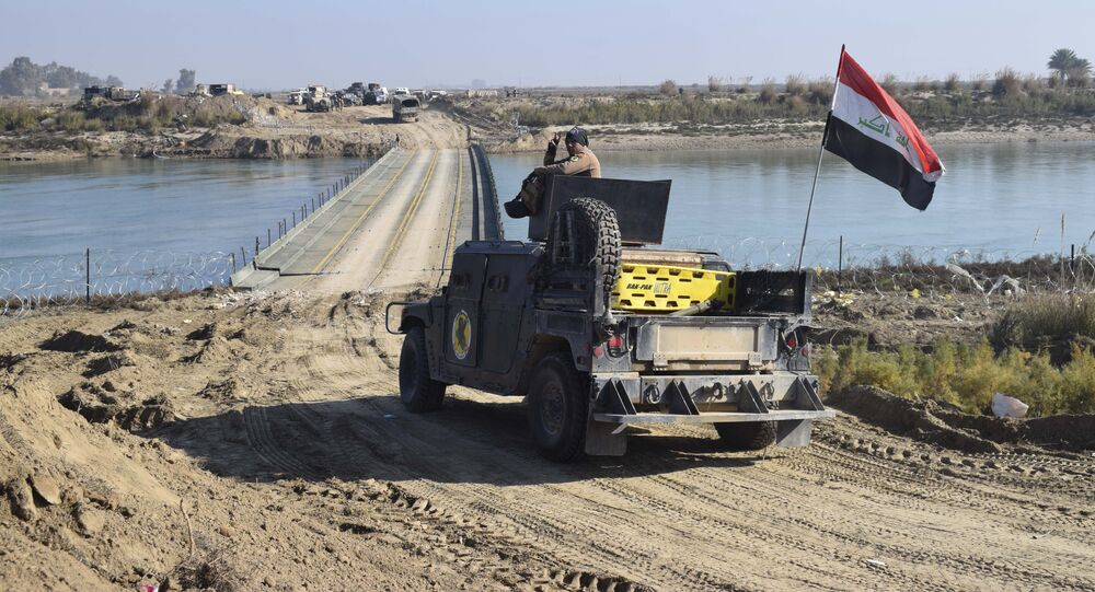 Militares iraquianos em frente de uma ponte sobre o rio Eufrates