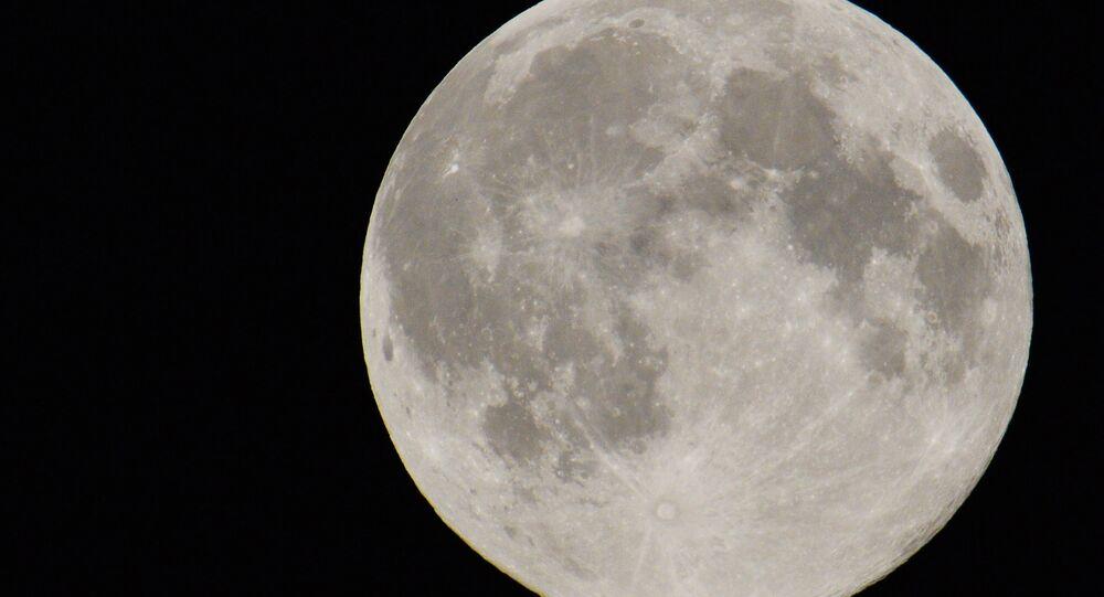 Disco de Lua no céu de Moscou, 10 de agosto de 2015 (imagem de arquivo)
