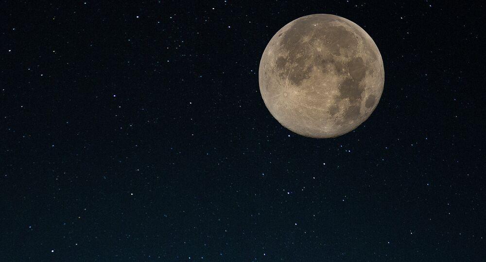 Imagem da Lua no céu