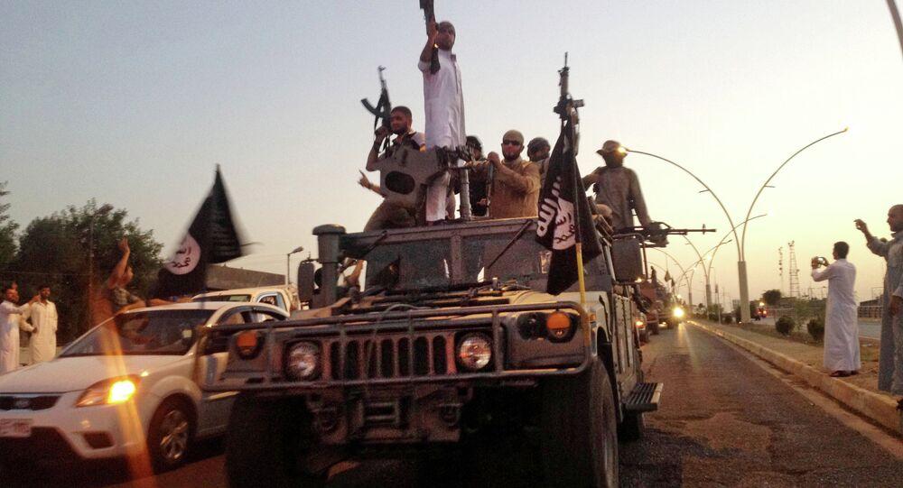 Militantes do EI em um veículo das forças de segurança do Iraque (Mossul, junho de 2014)
