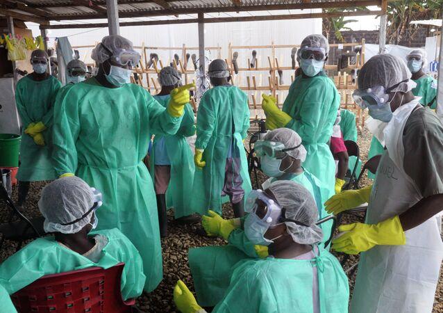 Médicos e enfermeiros em missão de combate ao ebola na Libéria, em 30 de janeiro de 2015