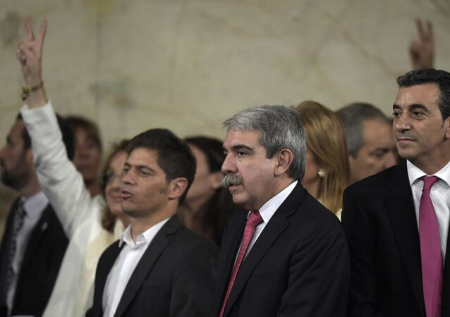 Aníbal Fernández (centro) junto com outros membros do governo argentino