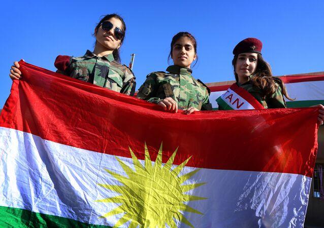 Moças curdas seguram a bandeira da Curdistão iraquiano na cidade de Arbil (arquivo)