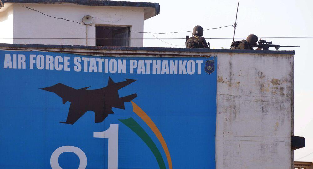 Soldados indianos tomam posições na base aérea indiana Pathankot, 6 de janeiro de 2016