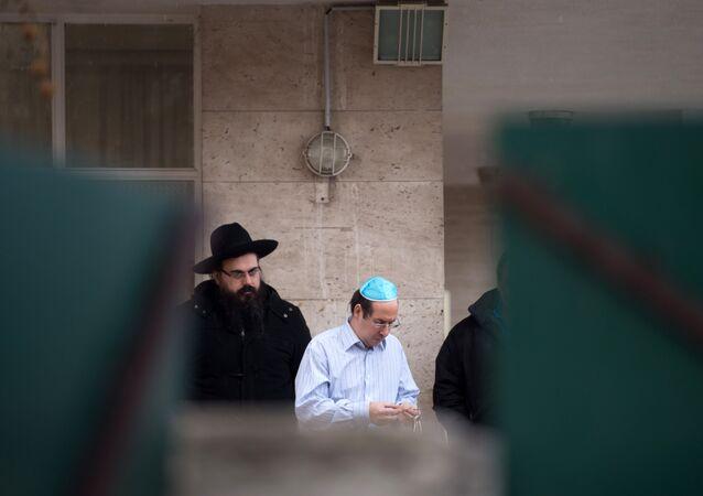 Religiosos fazem orações na porta da escola onde o estudante turco atacou o professor judeu em nome do Daesh