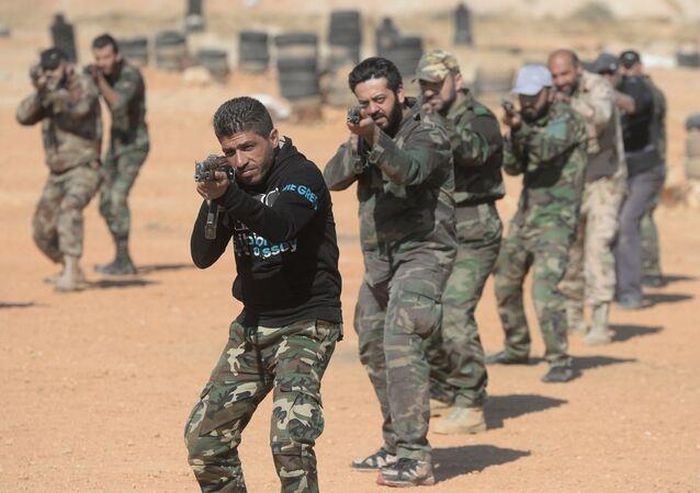 Voluntários sírios estão treinando no centro de treinamento nos arredores de Damasco, Síria, 20 de novembro de 2015