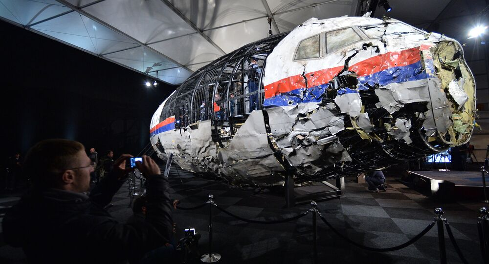 Fragmentos do avião MH17 durante apresntação de relatório na Holanda