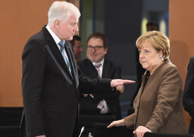 O ministro do Interior, Horst Seehofer, e a chanceler alemã, Angela Merkel.