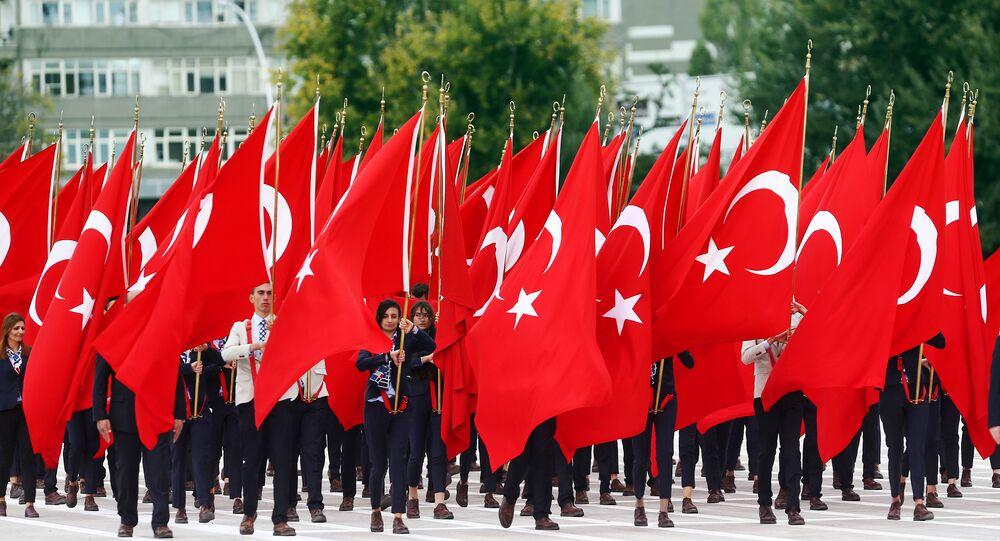 Manifestantes carregam bandeiras turcas durante a cerimónia de comemoração do 92 aniversário do Dia de República, Ancara, Turquia, 29 de outubro de 2015